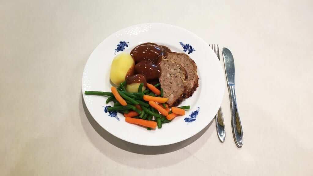 Jægerens farsbrød med vildtsovs, kartofler, bønner og gulerødder