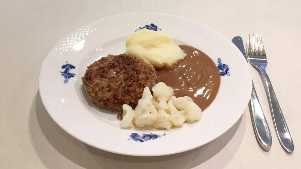 Karbonade med champignonsovs, sommergrøntsager med kartoffelmos