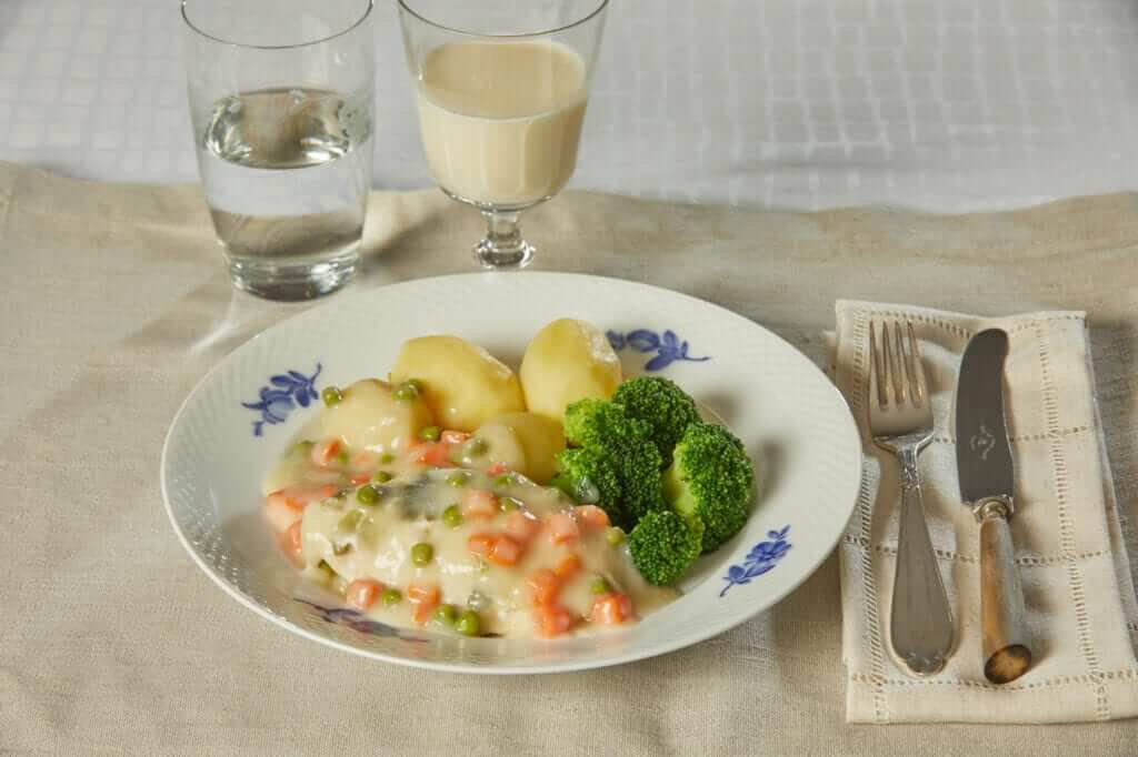 Kogt kylling med frikassesovs, broccoli og kartofler