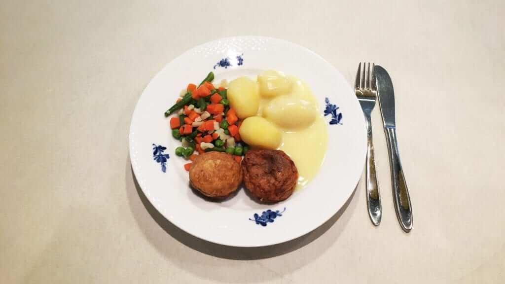 Fiskefrikadeller med hollandaise sauce, kartofler og sommerblanding