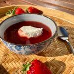 Jordbærsuppe med flødeskum
